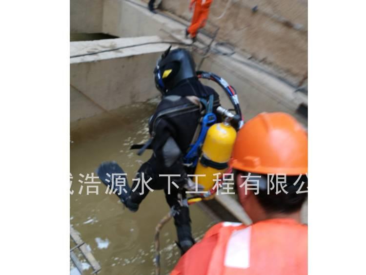 2016永定门外地铁站施工现场潜水员入水